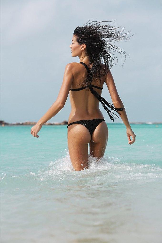 Журнал Surfing Magazine опубликовал специальный выпуск, посвящённый моделям в купальниках. Изображение № 22.