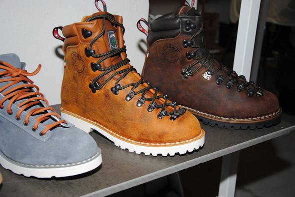 Хайкеры — не только гордость марки, но и экспериментальная площадка. В этих моделях решили избавиться от традиционных красных шнурков и поставить ботинки на белую подошву.. Изображение № 3.