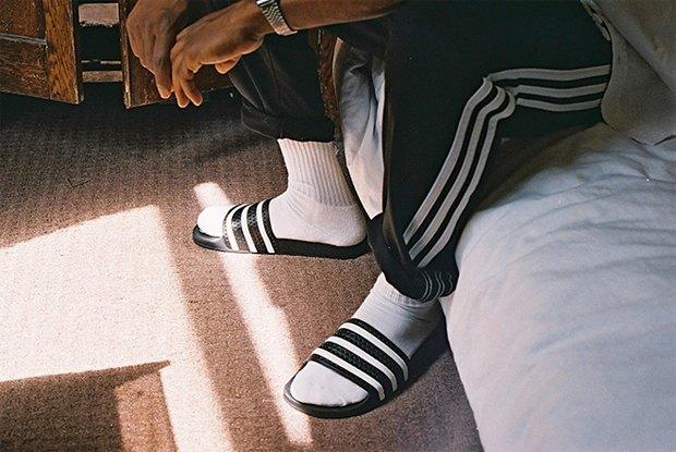 Adidas Originals призвал носить сандалии с носками. Изображение № 2.