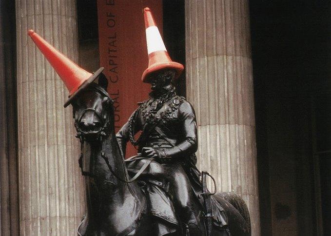 Статую герцога Веллингтона в Глазго лишат шляпы из дорожного конуса. Изображение № 1.