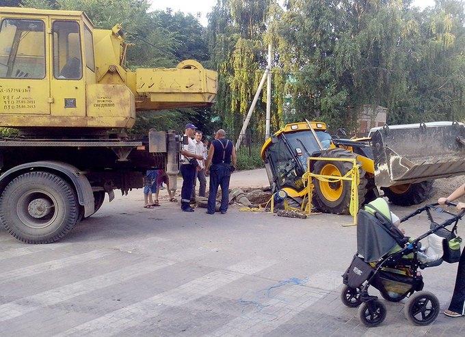 В Рязани трактор упал в яму, которую сам и выкопал. Изображение № 4.