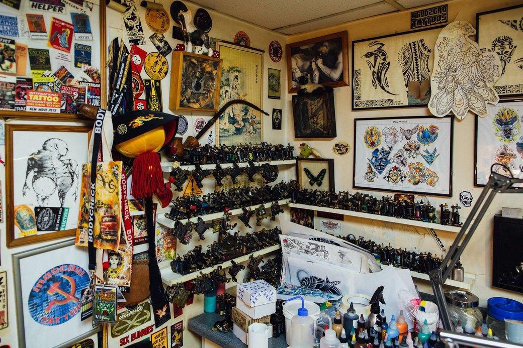 Татуировщик Дмитрий Захаров об одной из самых больших коллекций тату-машинок в Европе. Изображение № 5.