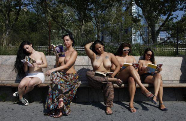 В Нью-Йорке открылся первый литературный топлес-клуб. Изображение № 1.