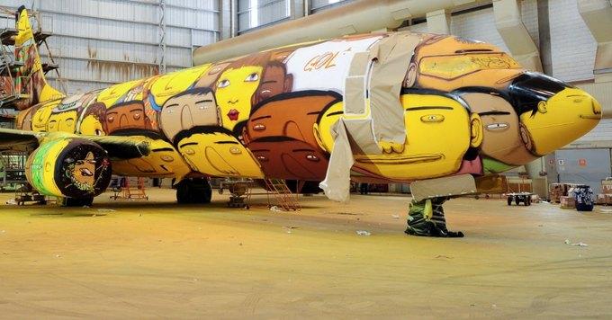 Граффити-команда Os Gêmeos разрисовала самолёт в преддверии чемпионата мира по футболу. Изображение № 1.