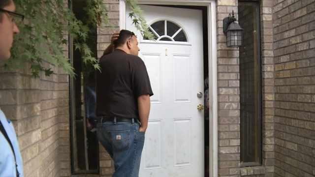 Купивший дом мужчина обнаружил там чужую семью. Изображение № 1.