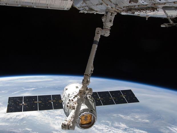 Первый частный космический грузовик пристыковался к МКС. Изображение № 1.