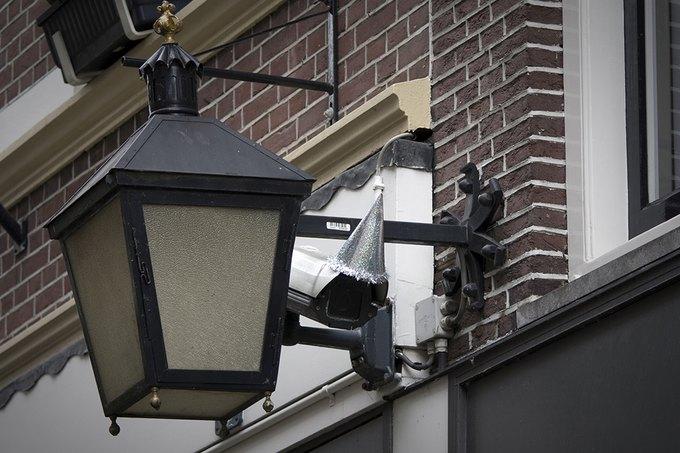 Голландцы отпраздновали юбилей Оруэлла, украсив камеры наблюдения. Изображение № 2.