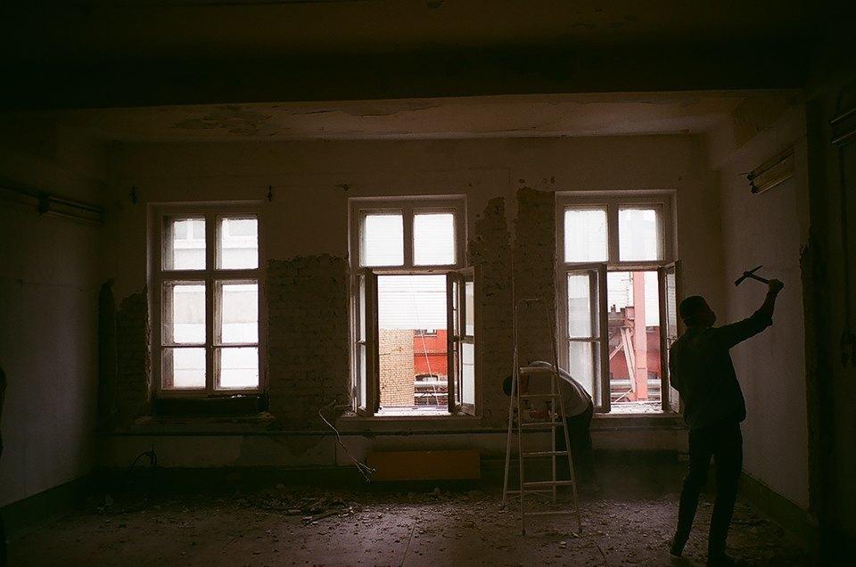 Фоторепортаж: Как мы сделали ремонт в мастерской силами редакции. Изображение № 21.