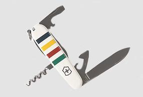 Hudsons Bay X Victorinox. Кстати, армейский нож Victorinox, может, и не такой яркий, входит в список стандартного снаряжения астронавтов NASA. Изображение № 21.