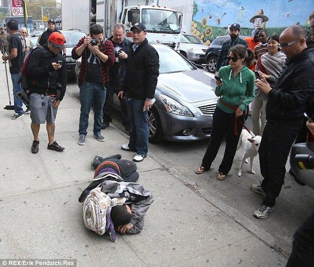 Жители Нью-Йорка дважды избили вандала, закрасившего граффити Бэнкси. Изображение № 1.