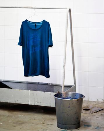 Nudie Jeans окрасили вещи из новой коллекции пигментом цветка вайды. Изображение № 10.