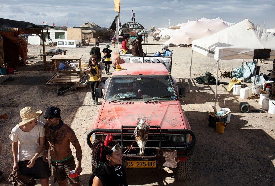 Как развлекаются посетители фестиваля Burning Man в африканской пустыне. Изображение № 28.