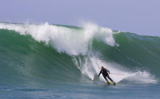 Сёрф-скиинг: Кто придумал спускаться по волнам на лыжах и для чего это нужно. Изображение № 2.