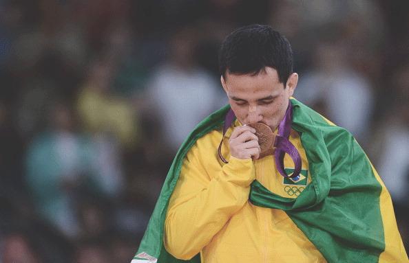 Бразильский спортсмен сломал выигранную олимпийскую медаль. Изображение № 1.