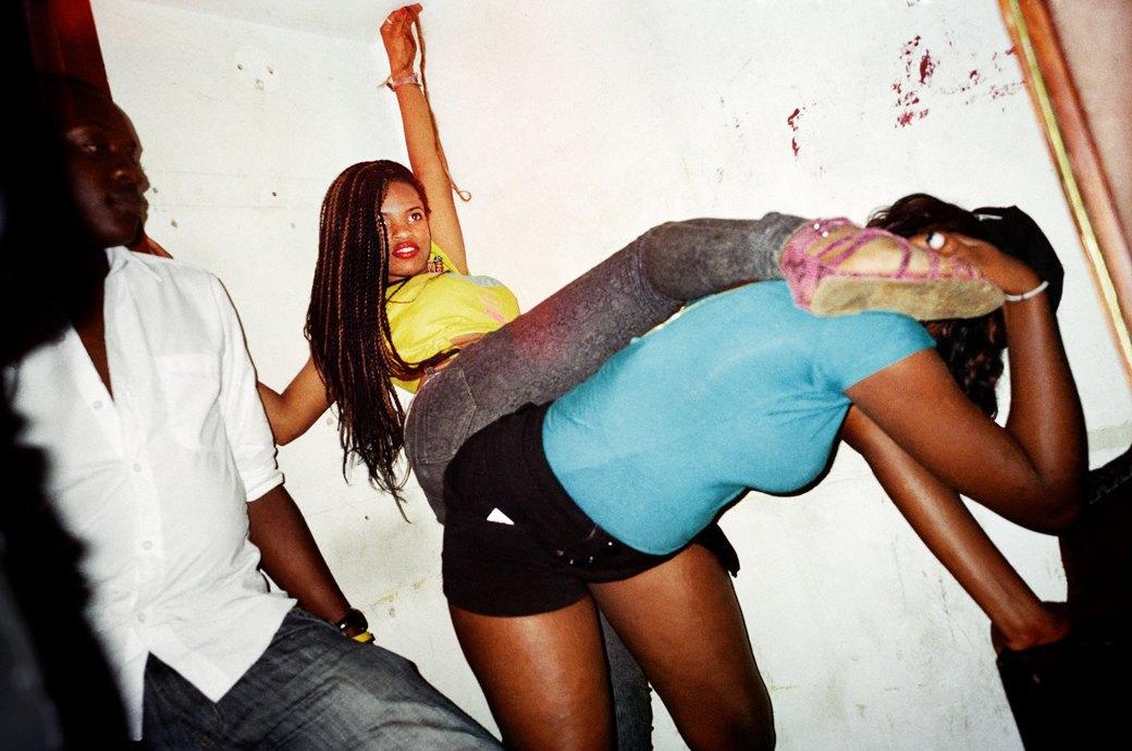 Сутенёры, лучники и золотая молодёжь: Фоторепортаж о ночной жизни в Уганде. Изображение № 12.