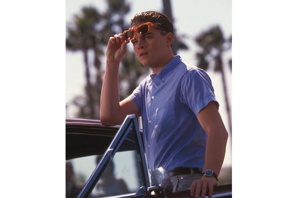Хорошо, что в «Поймай меня, если сможешь» прическа Леонардо Ди Каприо и его очки притягивают гораздо больше внимания, чем рубашка. Изображение №2.