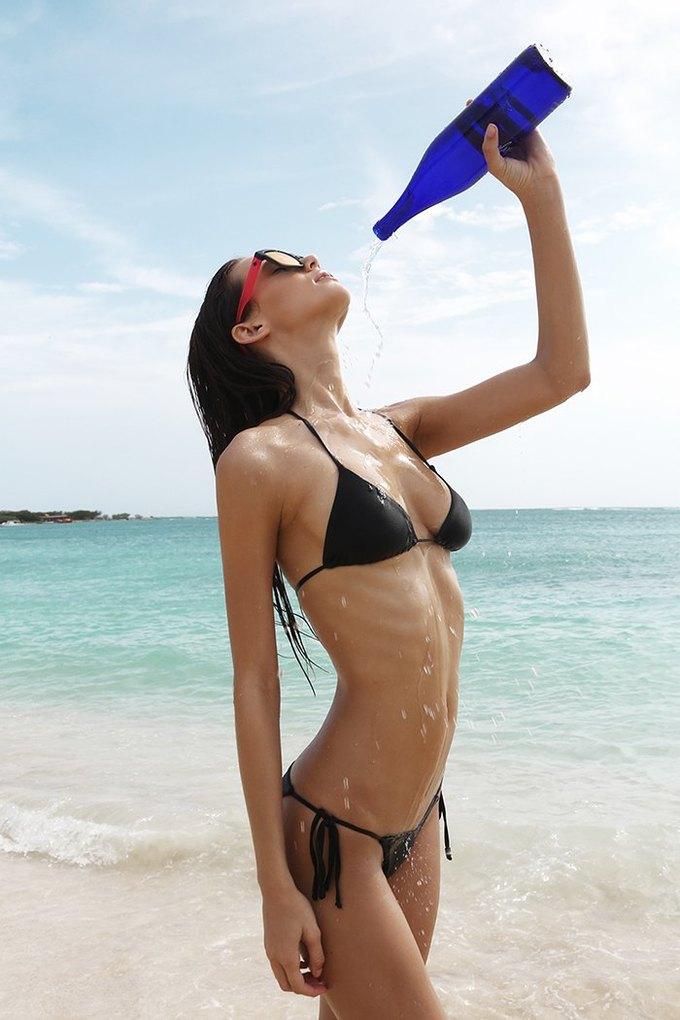 Журнал Surfing Magazine опубликовал специальный выпуск, посвящённый моделям в купальниках. Изображение № 12.