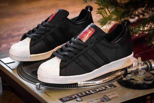 Марка Adidas и хип-хоп-группа Run-D.M.C. выпустили модель обуви с рисунками покойного Кита Харинга. Изображение № 2.
