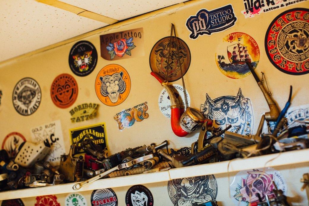 Татуировщик Дмитрий Захаров об одной из самых больших коллекций тату-машинок в Европе. Изображение № 2.