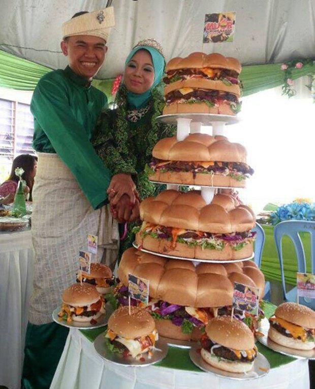 В Малайзии сделали самый большой свадебный торт из гамбургеров. Изображение № 1.
