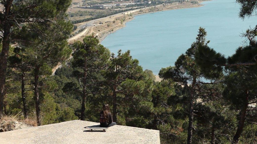 «Когда земля кажется лёгкой»: Грузинские скейтеры в фотографиях Давида Месхи. Изображение № 21.