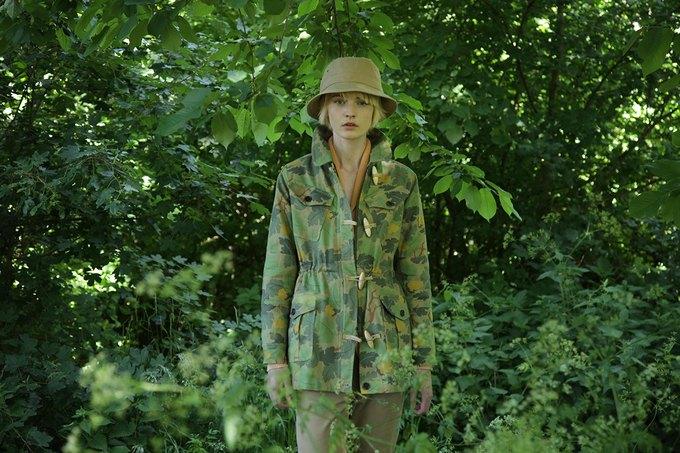 Английская марка Gloverall выпустила лукбук весенней коллекции одежды. Изображение № 6.