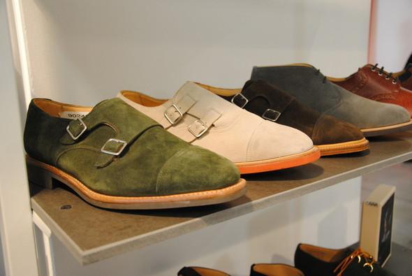 Даже туфли-монки, по определению строгие и представительные, у Макнейри выходят нескучными.. Изображение № 1.