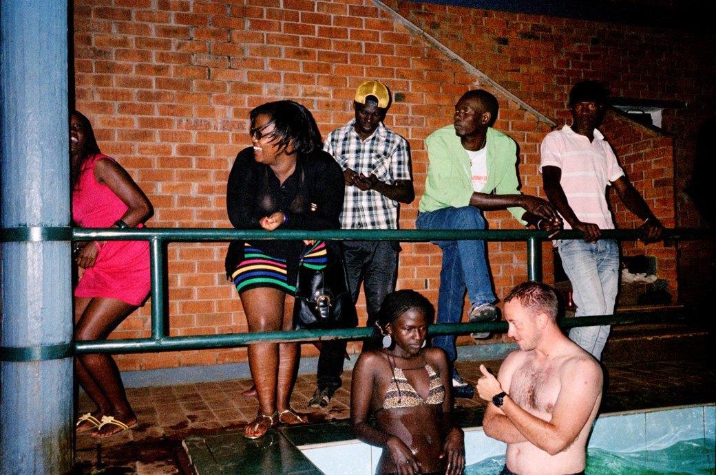 Сутенёры, лучники и золотая молодёжь: Фоторепортаж о ночной жизни в Уганде. Изображение № 7.