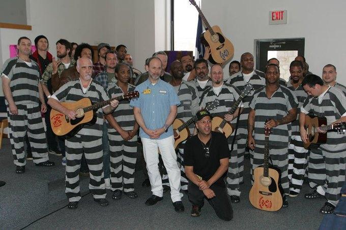 Рок-звёзды вернули гитары с металлическими струнами в британские тюрьмы. Изображение № 1.
