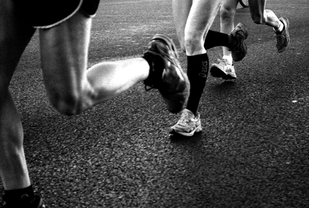 Спортсменка снимает кроссовки