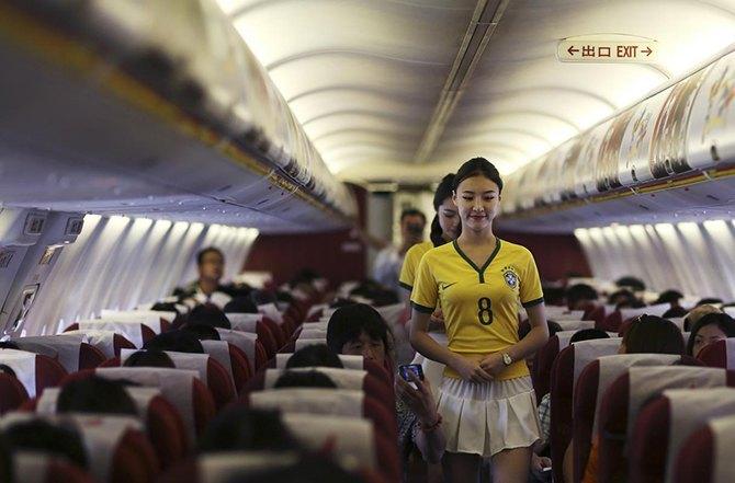 Китайская авиакомпания в честь чемпионата мира одела стюардесс в футболки бразильской сборной. Изображение № 1.