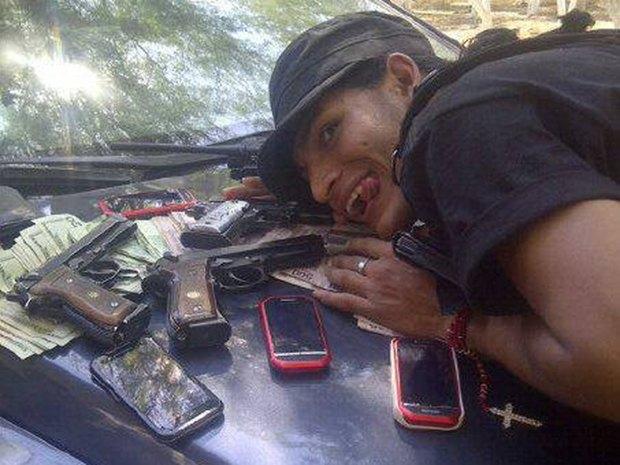 В сети нашли члена мексиканского наркокартеля, который любит делать селфи. Изображение № 9.