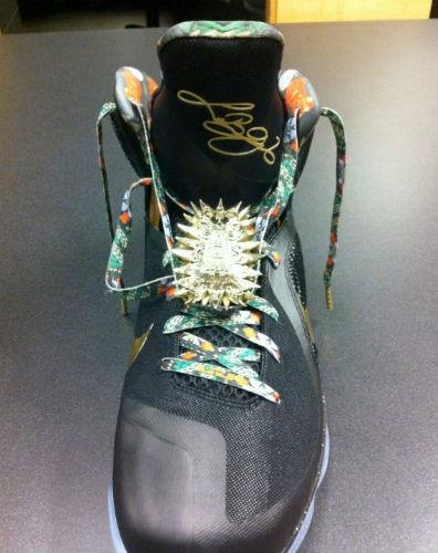 Новая модель именных кроссовок Nike LeBron 9 «Watch The Throne». Изображение № 2.