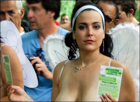В 30 городах мира женщины устроили шествия топлес . Изображение № 2.