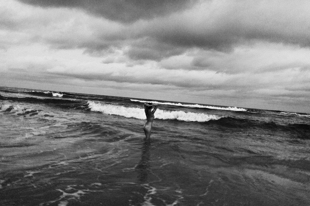 Жаклин: Красивая полька на пустынном пляже. Изображение № 7.