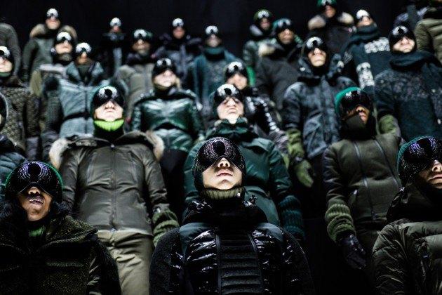 Марка Moncler представила новую коллекцию, собрав сотни людей в масках под зеркальные потолки. Изображение № 7.