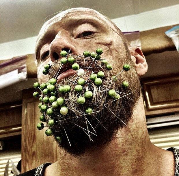Норвежский актер превратил свою бороду в праздничные свечи. Изображение № 2.