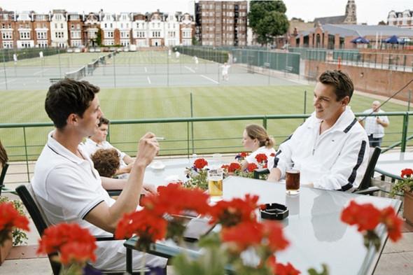 В кино, как и в жизни, поло надевают и для игры в теннис. Кадр из фильма «Матч-пойнт». Изображение №18.