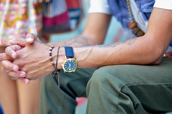 Чаще выбирают те, которые в детстве мы пренебрежительно называли фенечками, и носят их с дорогими часами. Источник: dapperlou.com. Изображение № 2.