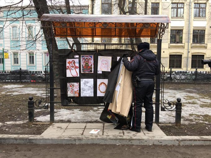 Участников антивоенной выставки «Не мир» задержала полиция . Изображение № 1.