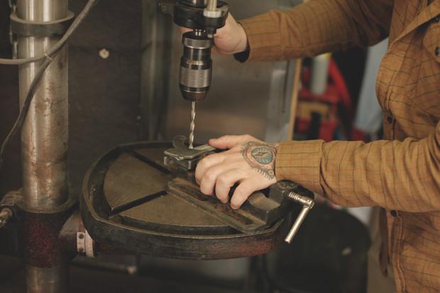 Часть процесса обработки рамы для тату-машинки в мастерской Влада. Изображение №7.