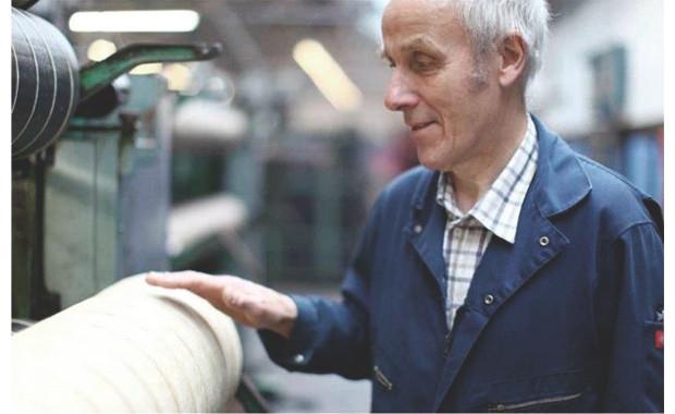 Доналд М. Макмиллан работает на фабрике Harris Tweed уже почти сорок лет. Фотография из приложения «Ремесло» к журналу «Rose». Изображение №36.