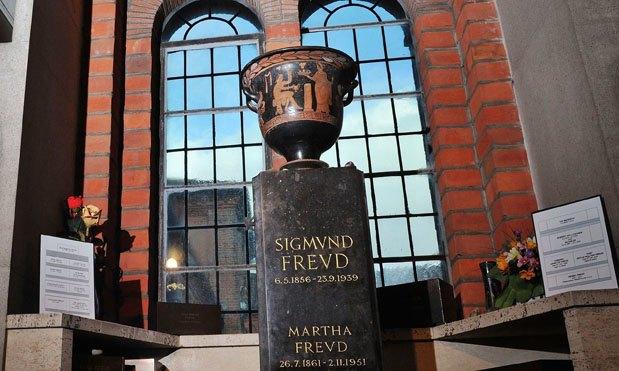 В Лондоне грабитель случайно разбил урну с прахом Зигмунда Фрейда. Изображение № 1.
