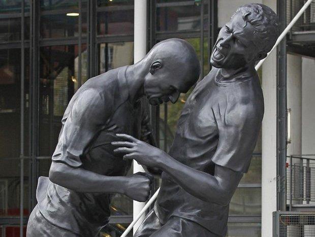 В Париже установили памятник Зидану, бьющему лбом Матерацци. Изображение № 1.