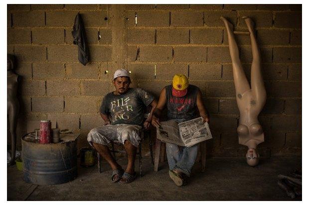 В Венесуэле рынки заполонили женские манекены с огромной грудью. Изображение № 5.