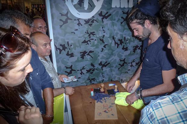 Многие молодые марки подогревают к себе интерес при помощи халявы. На фото Trez Dpt раздают бесплатные футболки ярких цветов. Изображение № 76.