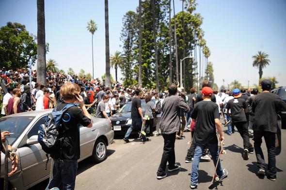 Изображение 7. Скейтбордисты Лос-Анджелеса устроили «Безумие на улицах города».. Изображение № 5.