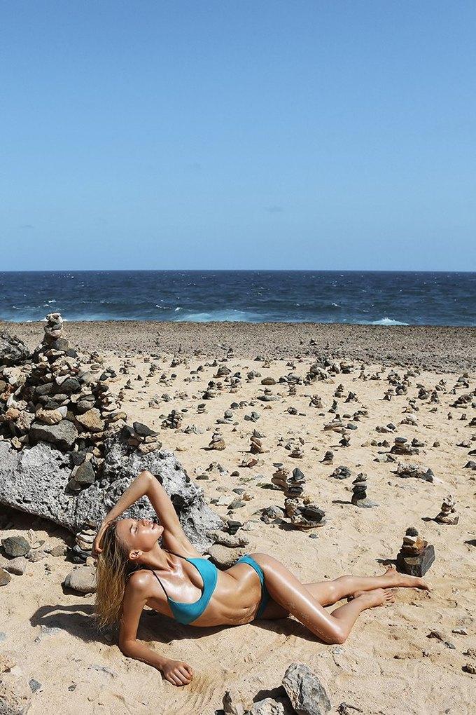 Журнал Surfing Magazine опубликовал специальный выпуск, посвящённый моделям в купальниках. Изображение № 14.