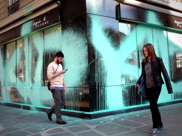Парижский вандал Kidult: Зачем уличный художник портит фасады дорогих бутиков. Изображение № 2.