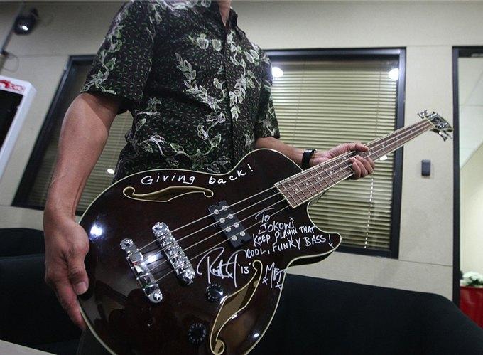 Группа Metallica дала индонезийскому губернатору взятку бас-гитарой. Изображение № 2.